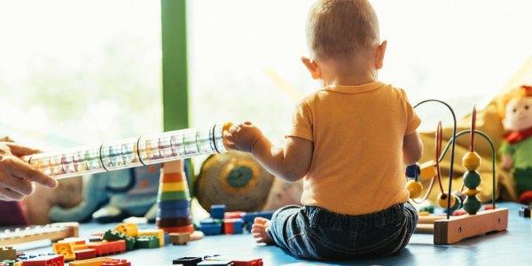 Zabawy z kolorami. Kiedy dać dziecku kredki?