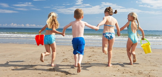 Dziecko na wakacjach, czyli jak odpowiednio chronić skórę malucha przed szkodliwym promieniowaniem UV?