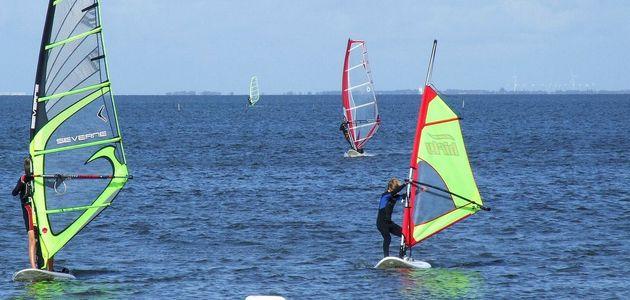Pomysł na wakacje dla nastolatka - obozy windsurfingowe.