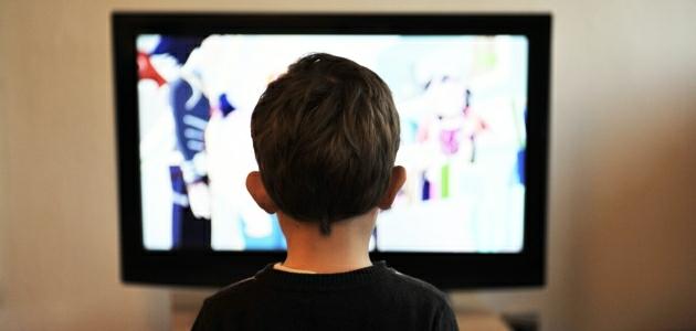 Dziecko przed telewizorem – czy to mu szkodzi?