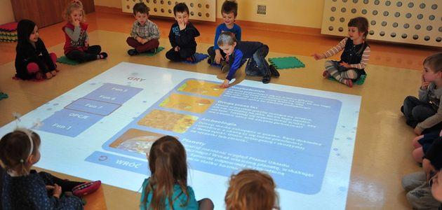 Jak urządzenia interaktywne wpływają na wyniki w nauce i wagę dzieci?